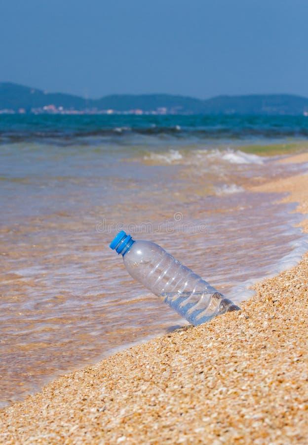 Bouteille d'eau potable image libre de droits