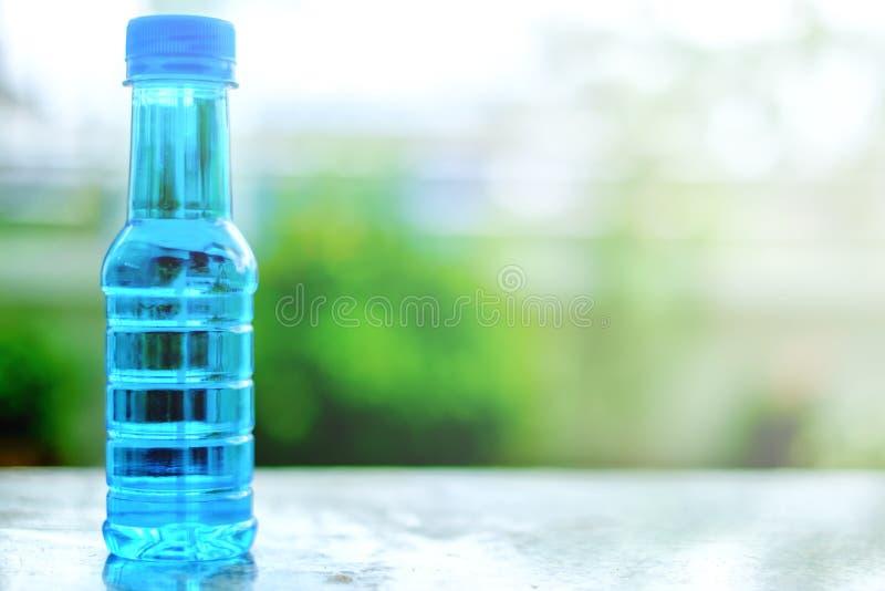 Bouteille d'eau potable sur la table image stock