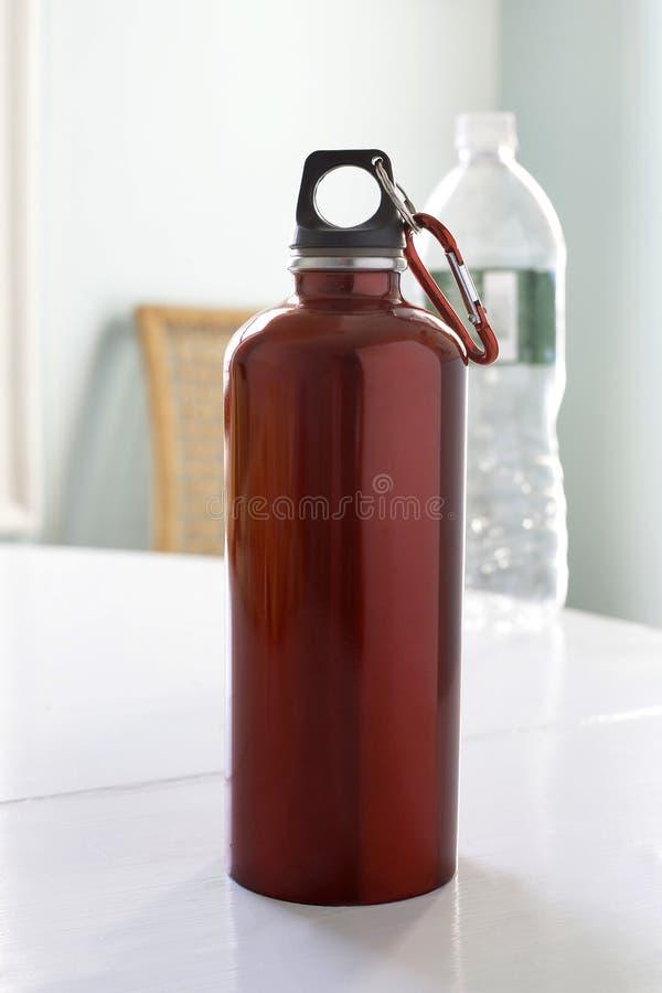 Bouteille d'eau rouge image libre de droits