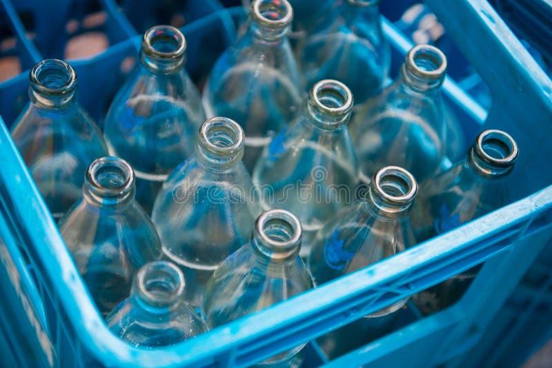 Bouteille d'eau vide dans des caisses en plastique bleues photos libres de droits