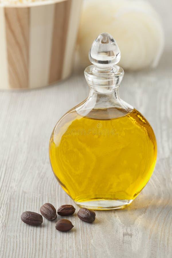 Bouteille d'huile cosmétique de jojoba image stock