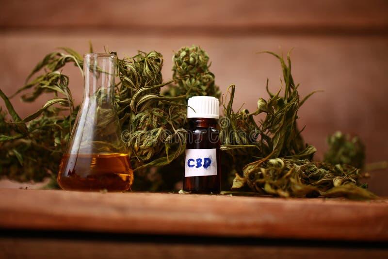 Bouteille d'huile de CBD et cannabis de produits de chanvre images stock