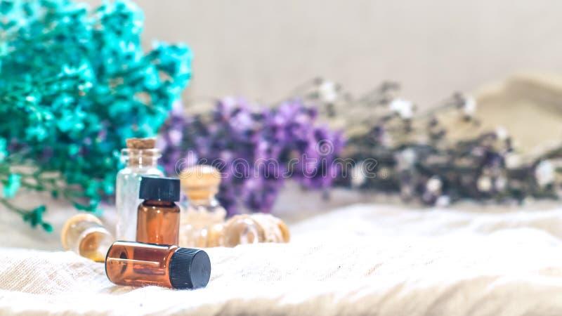 Bouteille d'huile essentielle Bouteille de compte-gouttes de phytoth?rapie ou d'aromatherapy d'isolement sur le fond blanc photos libres de droits