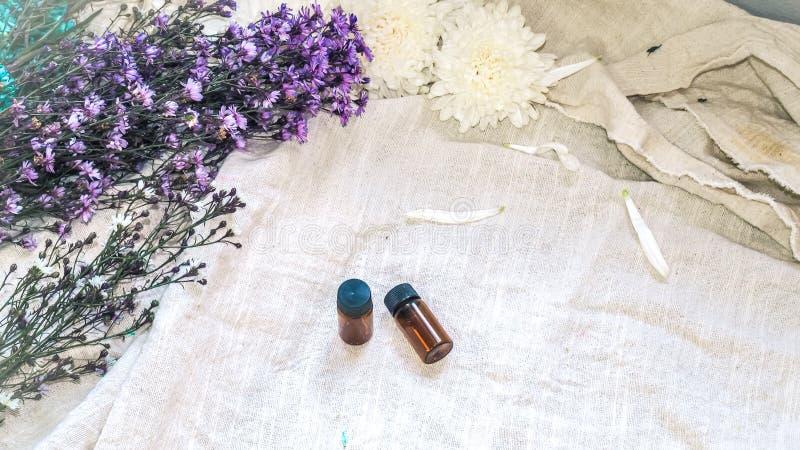 Bouteille d'huile essentielle Bouteille de compte-gouttes de phytoth?rapie ou d'aromatherapy sur le fond blanc images stock