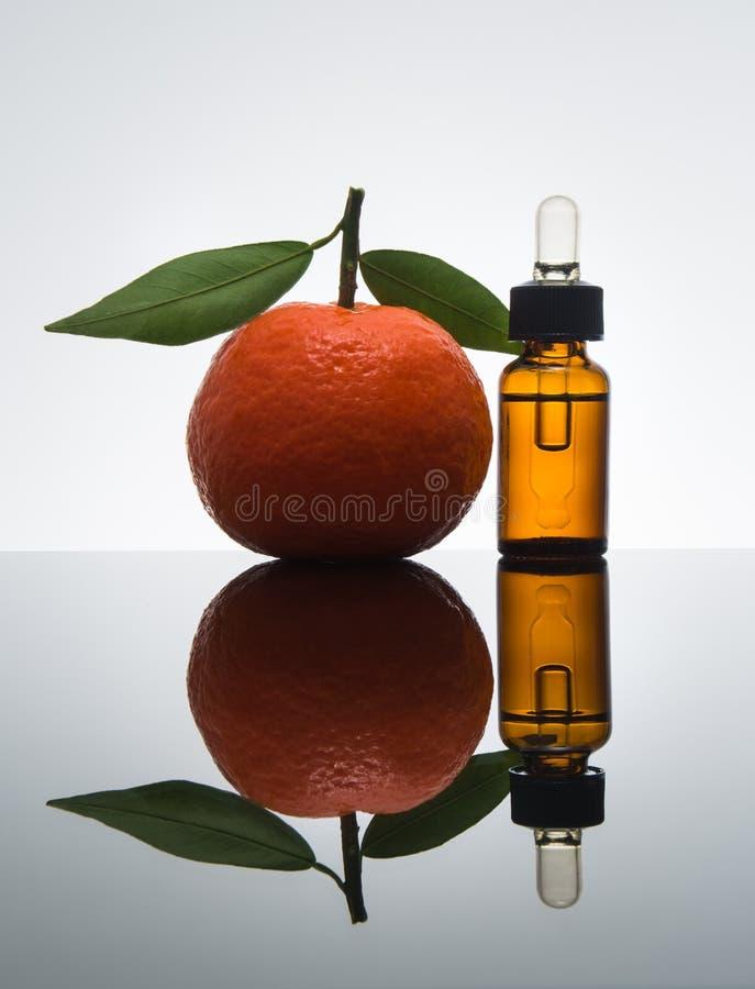 Bouteille d'huile essentielle de mandarine/mandarine avec le compte-gouttes images stock