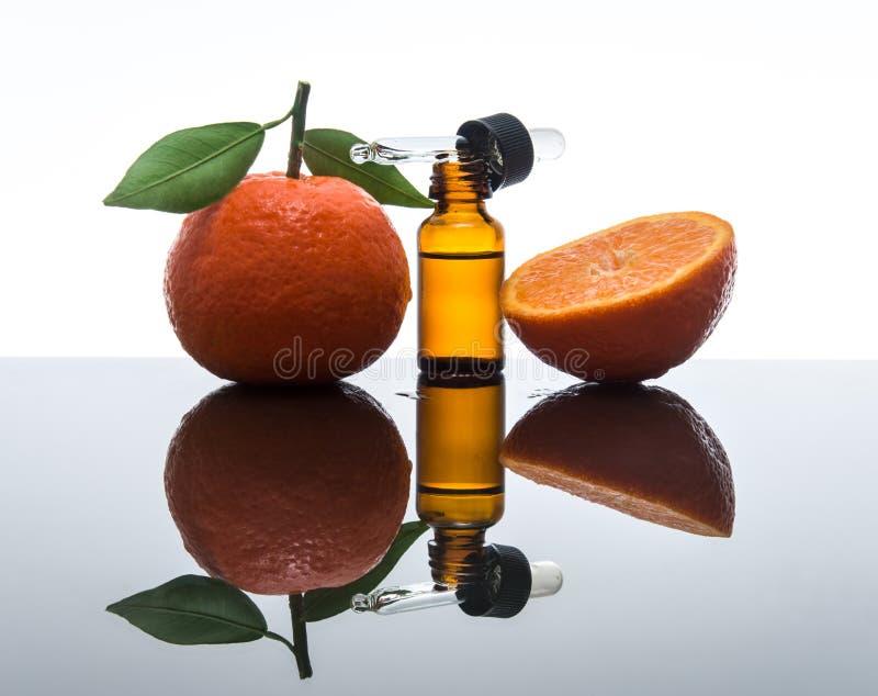 Bouteille d'huile essentielle de mandarine/mandarine avec le compte-gouttes photographie stock