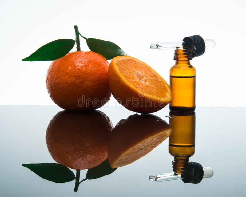 Bouteille d'huile essentielle de mandarine/mandarine avec le compte-gouttes images libres de droits