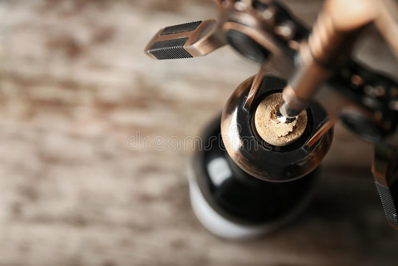 Bouteille d'ouverture de vin avec le tire-bouchon, image stock