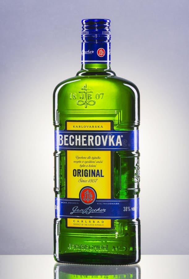 Bouteille de Becherovka sur le fond de gradient photo stock