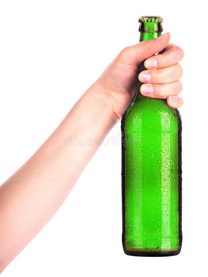 Bouteille de bière avec la main de l'homme faisant le pain grillé d'isolement sur le blanc photographie stock
