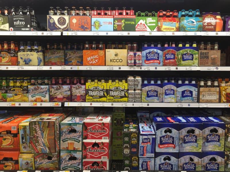 Bouteille de bières sur la vente d'étagères photos stock