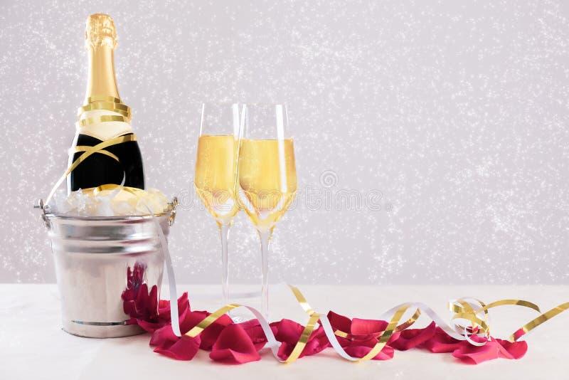 Bouteille de Champagne avec des verres contre milieux d'étoiles images libres de droits