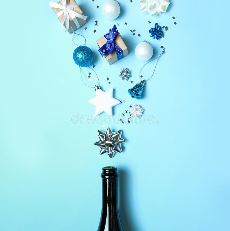 Bouteille de Champagne avec différentes décorations de noël sur fond bleu Nouveau concept d'année photo stock