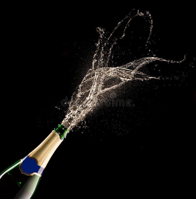 Bouteille de Champagne avec l'éclaboussure images stock