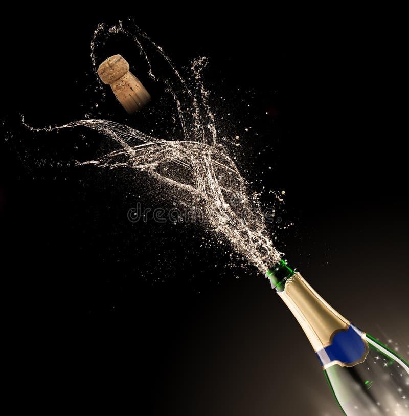 Bouteille de Champagne avec l'éclaboussure photos libres de droits