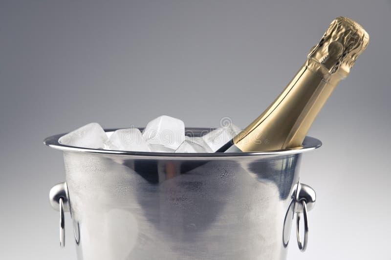Bouteille de Champagne dans le seau à glace photographie stock
