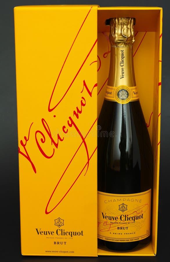 Bouteille de Champagne Veuve Clicquot Brut dans la boîte photographie stock
