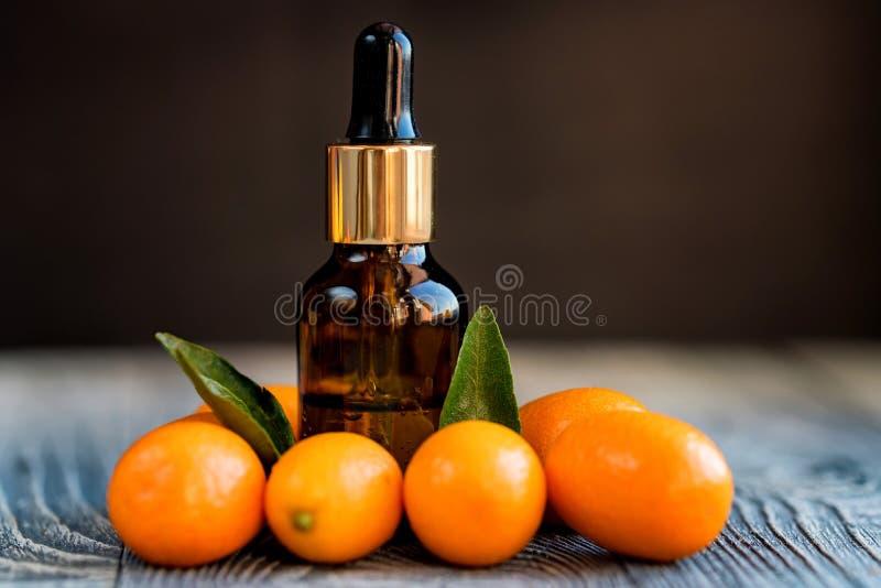 Bouteille de compte-gouttes d'huile essentielle de kumquat photos stock