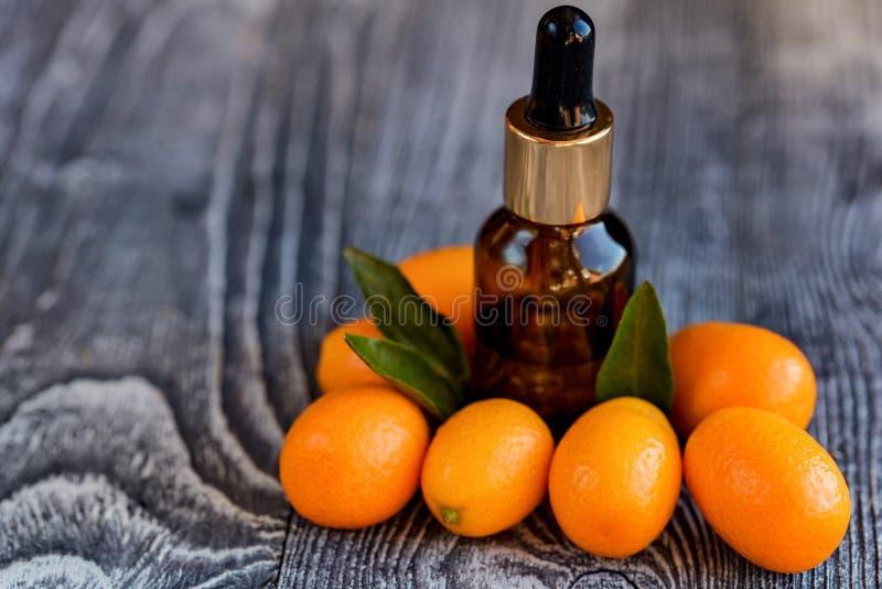 Bouteille de compte-gouttes d'huile essentielle de kumquat images libres de droits