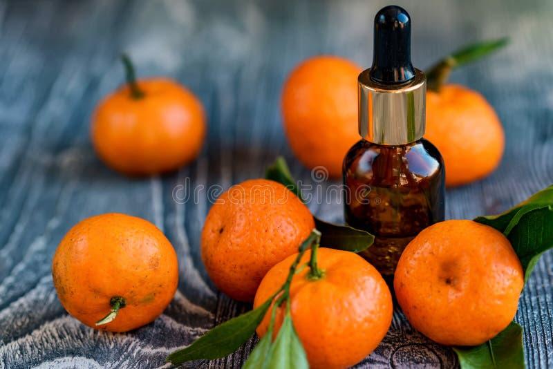 Bouteille de compte-gouttes d'huile essentielle de mandarine photographie stock libre de droits