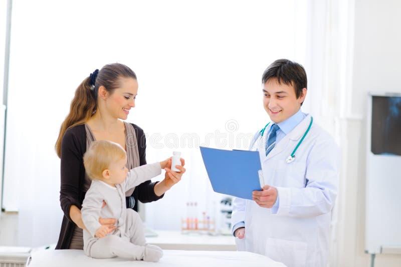 Bouteille de fixation de mère et de chéri de vitamines photographie stock libre de droits