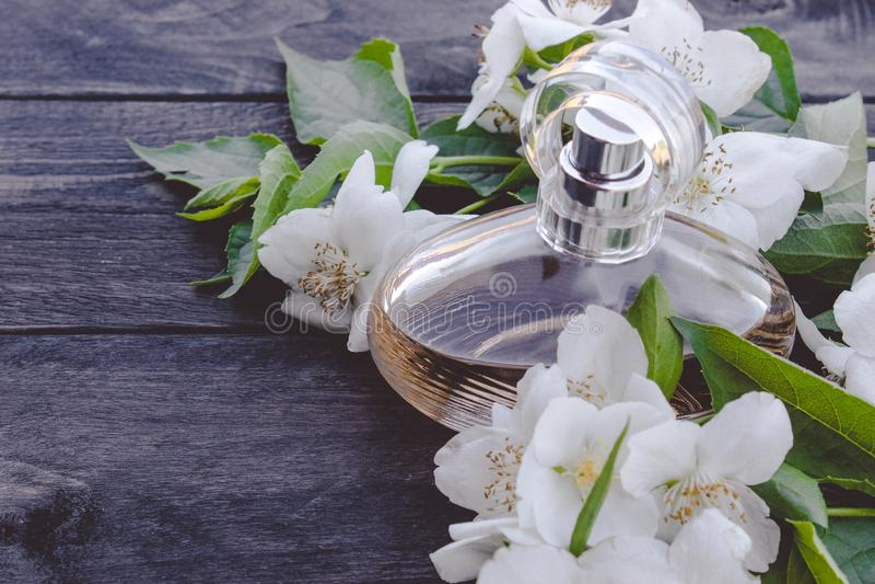 Bouteille de fleurs de jasmin sur le fond en bois Parfum parfumé de jasmin photo libre de droits