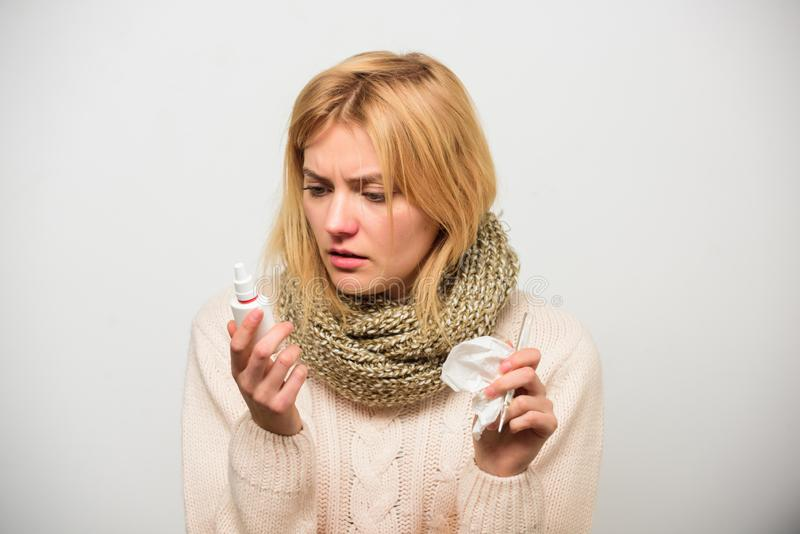 Bouteille de gouttes pour le nez Remède d'écoulement nasal de pulvérisation nasale La femme sent l'éternuement mal malade Fille d photos stock