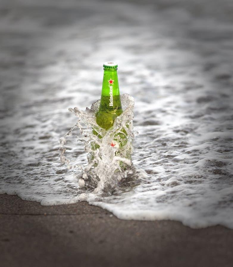 Bouteille de Heineken Lager Beer sur l'océan photos libres de droits