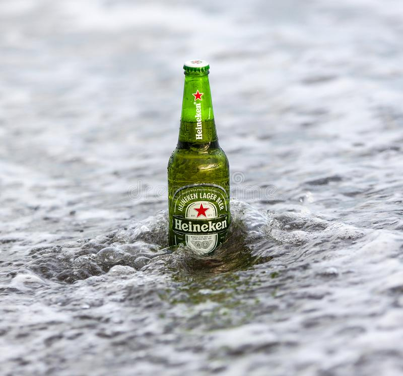 Bouteille de Heineken Lager Beer sur l'océan images libres de droits