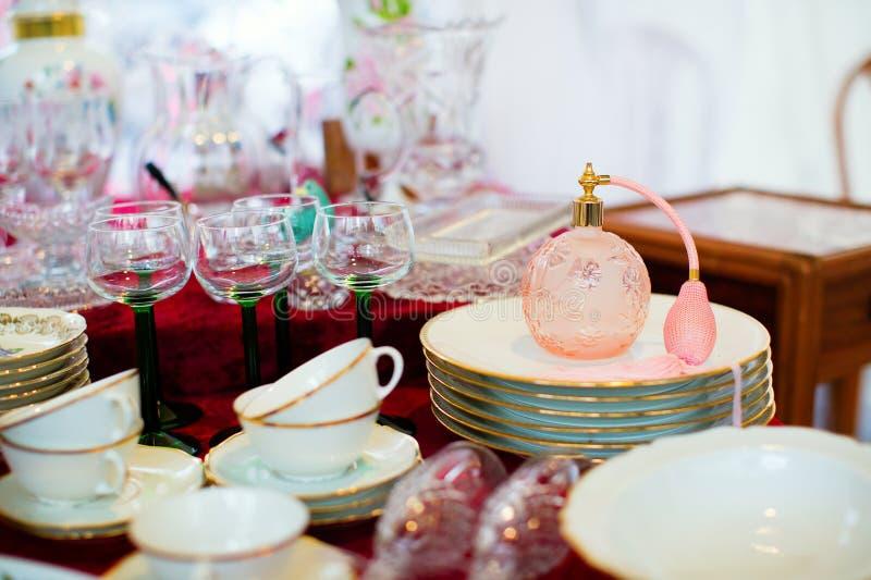 Bouteille de jet de parfum de vintage sur un marché aux puces photos stock