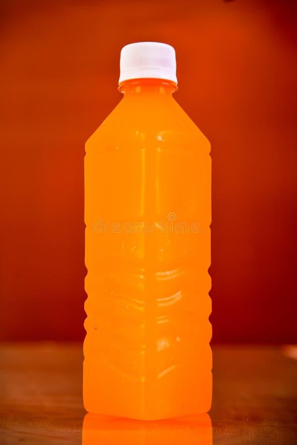 Bouteille de jus d'orange D'isolement sur le fond de Brown image libre de droits