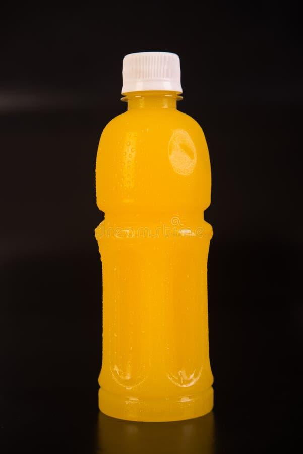 Bouteille de jus d'orange D'isolement sur le fond noir photo stock