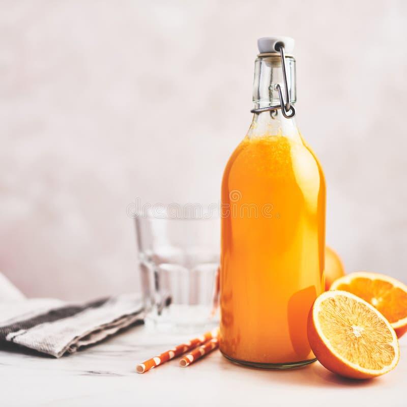 Bouteille de jus d'orange organique sain photos stock