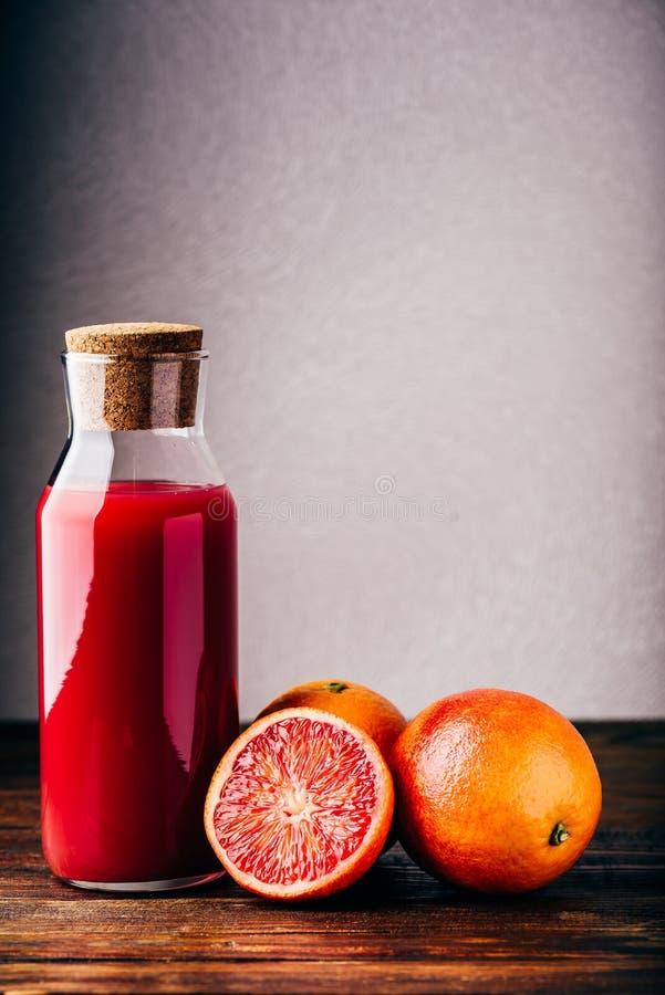 Bouteille de jus d'orange sanguin images stock