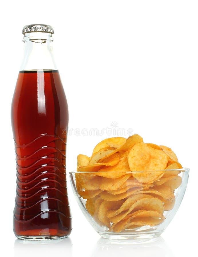 Bouteille de kola avec des pommes chips photos libres de droits