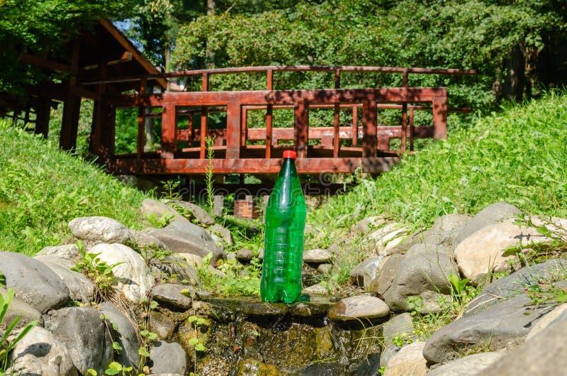 Bouteille de l'eau en parc image libre de droits