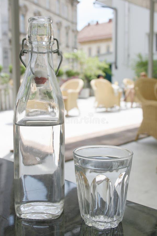 Bouteille de l 39 eau et de verre sur la table dans le restaurant italien de style photo stock - La bouteille sur la table ...