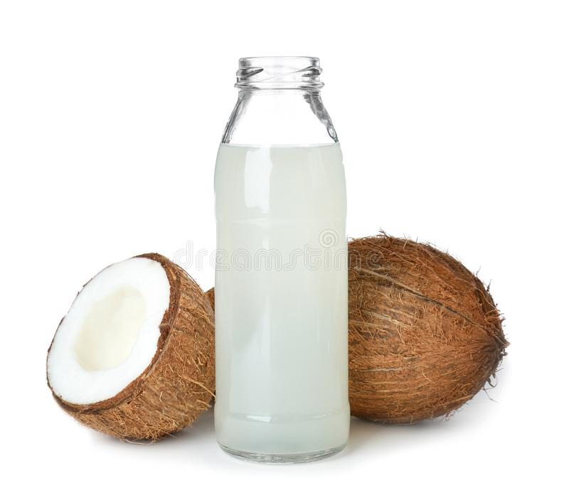 Bouteille de l'eau de noix de coco et d'écrous frais photographie stock libre de droits