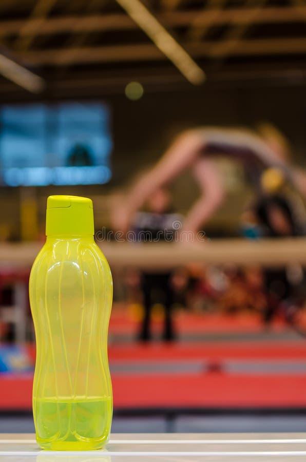 Bouteille de l'eau pour la petite fille de gymnaste image stock