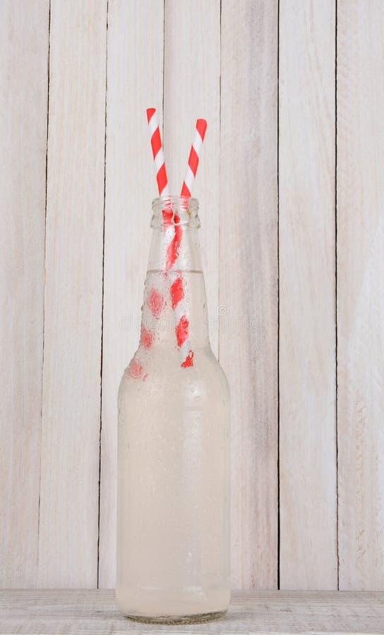 Bouteille de limonade avec deux pailles photographie stock