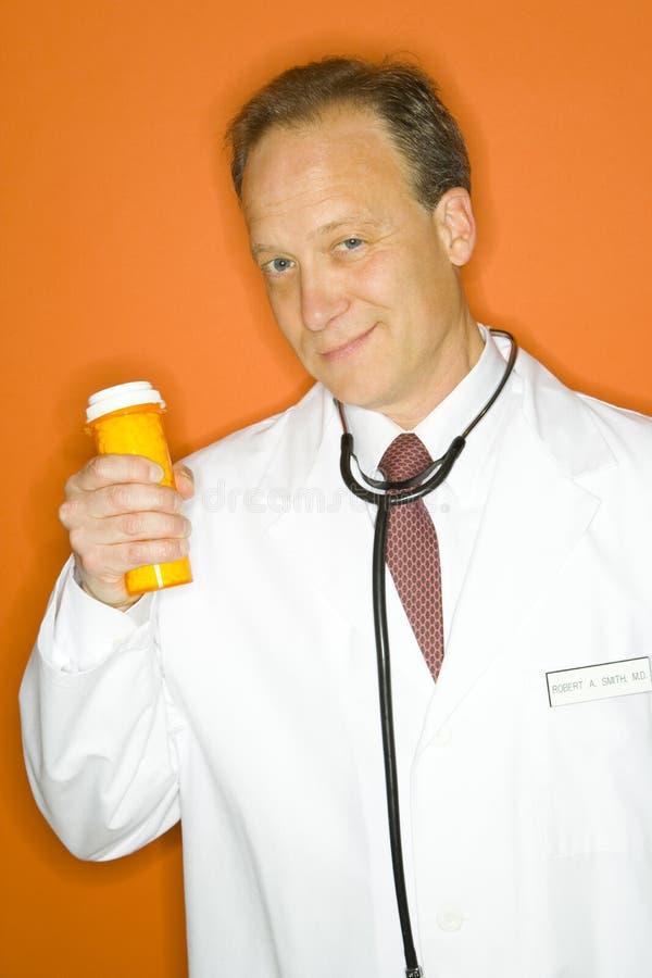 Bouteille de médecine de fixation de docteur image libre de droits