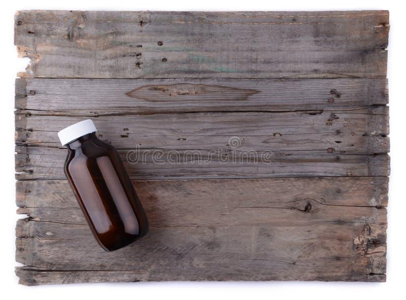 Bouteille de médecine sur le fond en bois image stock