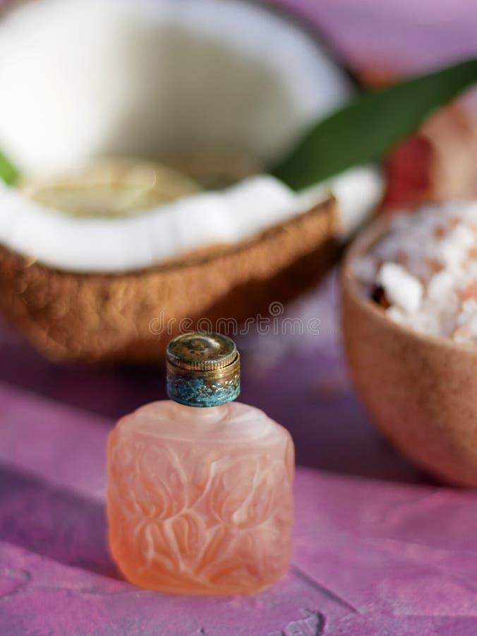 Bouteille de parfum antique images stock