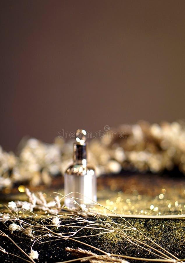 Bouteille de parfum avec le fond 004 d'or photo libre de droits