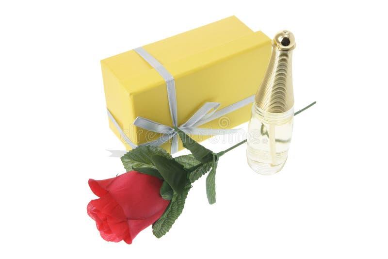Bouteille de parfum et cadre de cadeau photographie stock