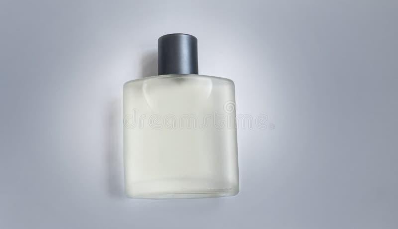 Bouteille de parfum masculin sur un fond gris image libre de droits