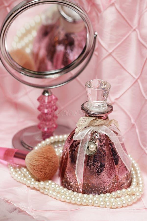 Bouteille de parfum rose photo stock
