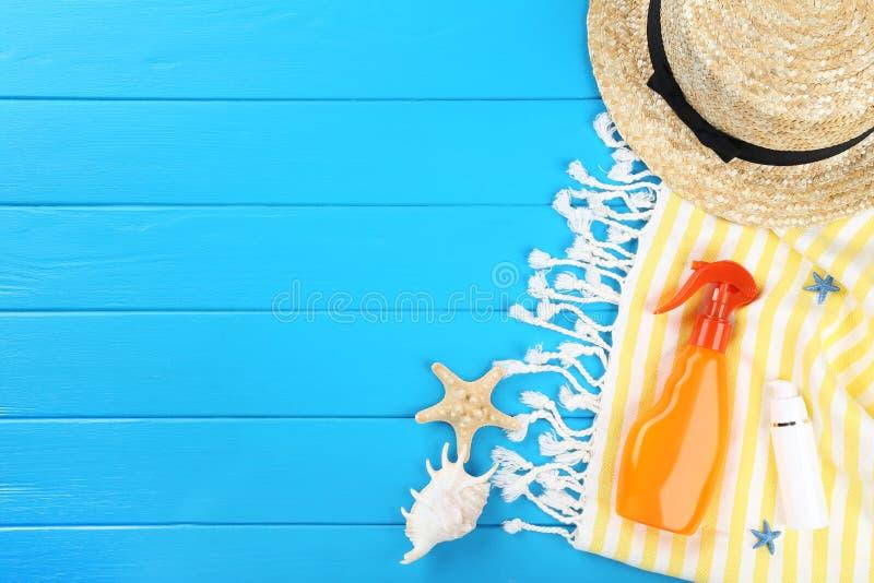 Bouteille de protection solaire avec des coquillages images libres de droits