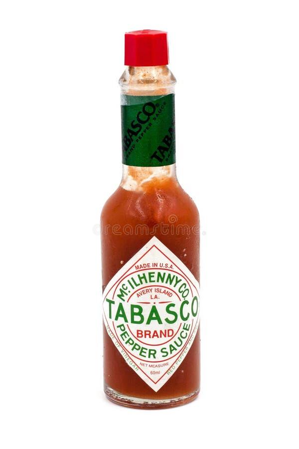 Bouteille de sauce à piment de Tabasco d'isolement sur le fond blanc photographie stock libre de droits
