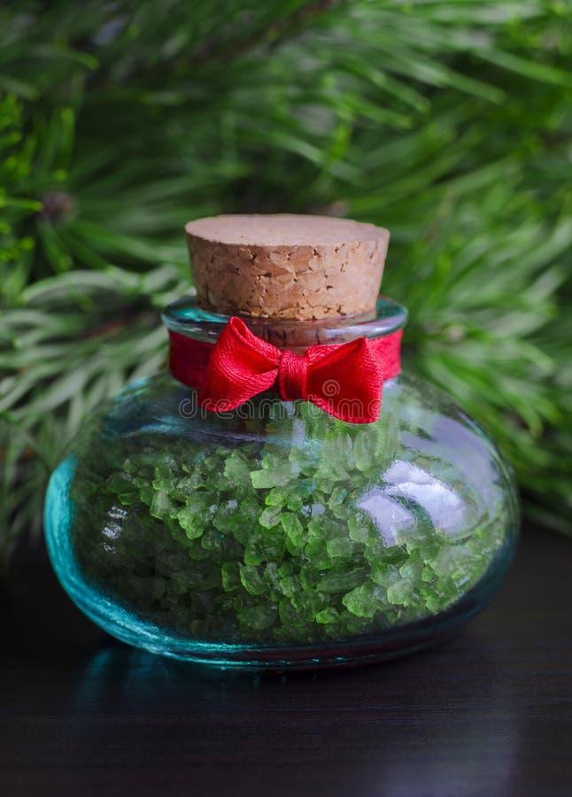 Bouteille de sel de bain avec l'extrait de pin photos stock